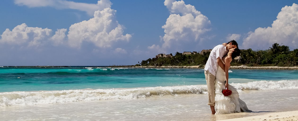 The Barceló Maya Palace Deluxe hotel on the Mayan Riviera provides you with a 1.12 miles of private beach so you can celebrate your special union with your loved ones in paradise.