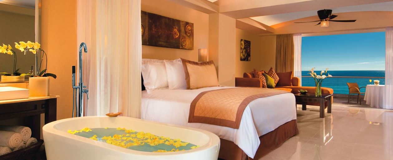 The Junior Suite Tropical View features a king-size bed, full bathroom and magnificent views of the Sierra Madre mountains.