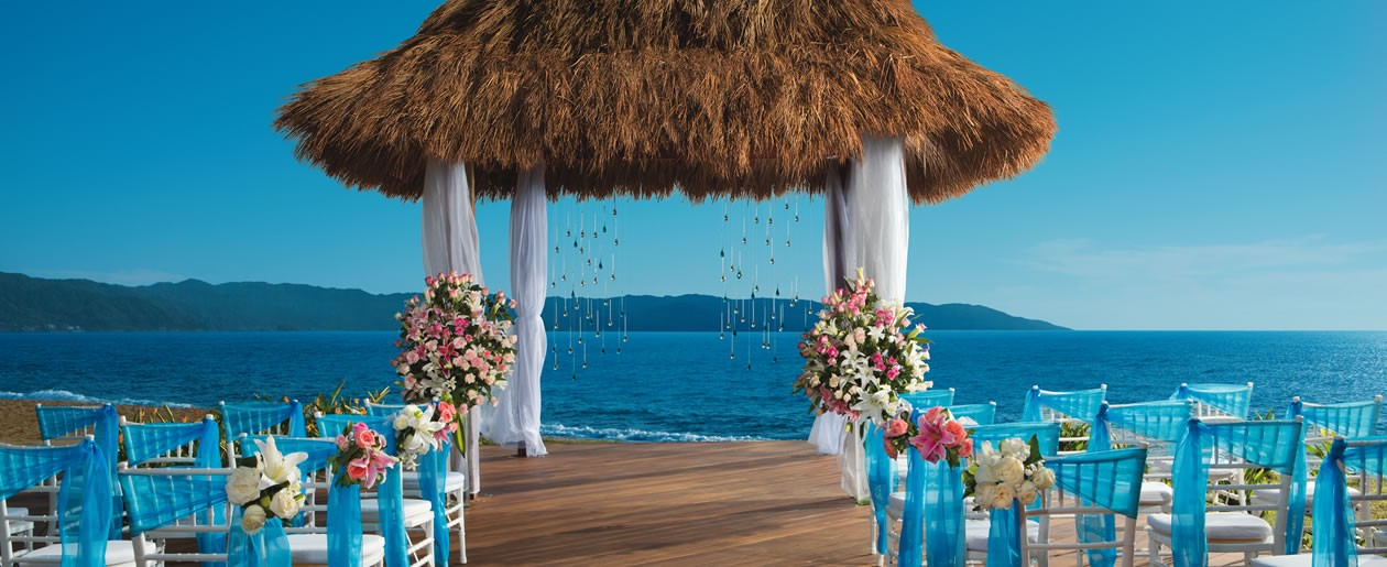 Weddings at Now Amber can take place looking out into the picturesque sights of the Bay of Banderas and Sierra Madre Mountains