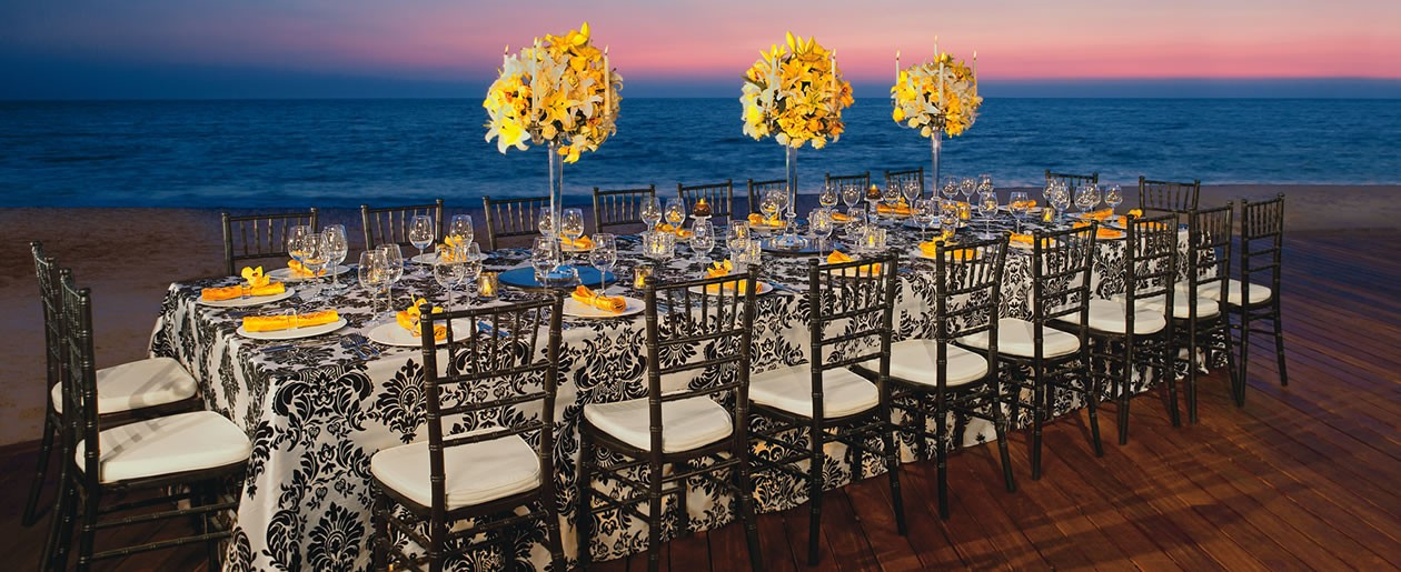 Guests holding their weddings at Secrets Vallarta Bay can chose to hold their reception in a setting right on the beach looking out into the beautiful ocean.